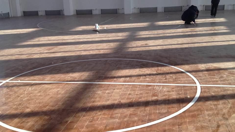 室内体育场馆用运动地板大体可分为运动木地板与塑胶运动地板两类,体育木地板比普通地板脚感更舒适,而且运动员摔跤磕碰之类受伤严重情况要比普通任何一个地板都要小的多,体育木地板是体育馆最重要的基础设施,在选择使用时需要特别注意。下面就体育馆特殊用途要求从两种地板分别说明: 体育地板中,首先是运动木地板,体育馆用实木运动地板可以说是必须的,区别在于档次了。在未出现国产运动木地板之前,进口木地板品牌也有限,所以选择的余地很小,如今,国产运动木地板发展迅速,其质量也非常有保证,选择也就更多了。一般来说,只要是专业的运