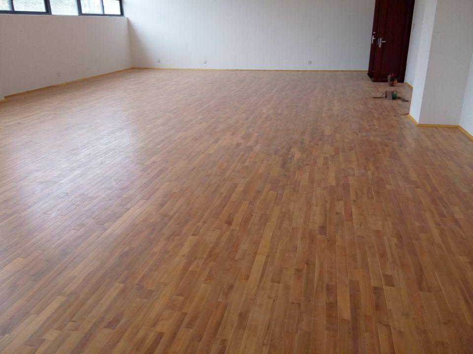 体育木地板铺设完工后细节处理