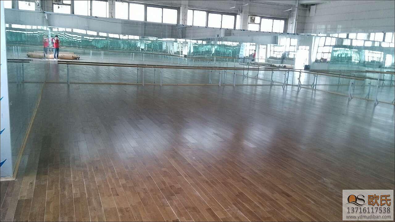 运动木地板也是可以用于各种球场,虽然说现在主要是塑胶类的地板,但是运动木地板拼装在室内的运动球场还是受欢迎的。运动木地板拼装后怎么检查? 首先,检验拼装悬浮运动地板基材好坏:好的基材应是高密度木制纤维板,密度在0.83-0.95g/cm3之间,有很好的稳定性,肉眼观察比较应该是颜色纯正,软硬适度,没有异味。 其次,检验拼装悬浮运动地板防潮层好坏:好的防潮层能够防止地板变形,翘曲,达到良好的防潮导热和隔音作用,肉眼观察比较应该是做工细密,质地坚实,颜色纯正。 最后,检测拼装悬浮运动地板甲醛含量高低。打开防潮