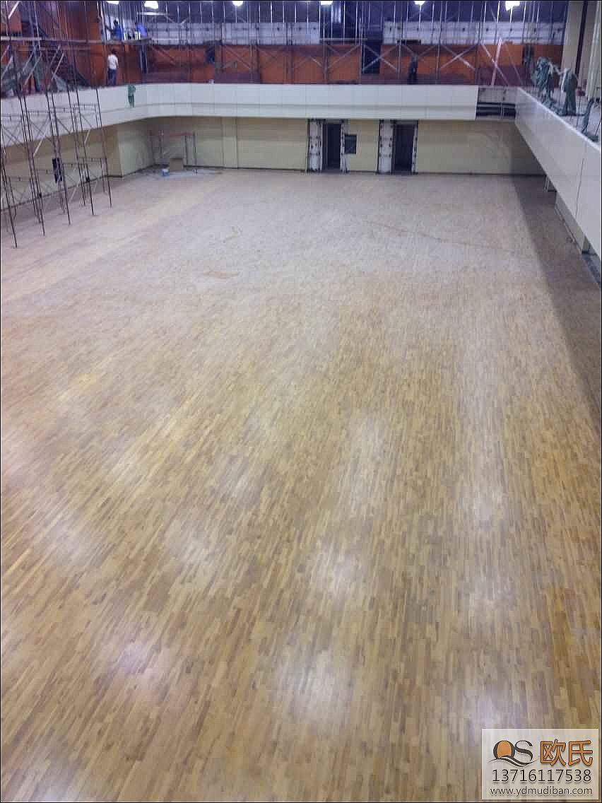 运动地板是专业针对各种大型运动场馆、学校室内运动场馆设计的专业实木运动地板,,篮球运动木地板产品。   选购运动地板时,千万不要被那些所谓的特异功能所吸引,因为很多功能被商家夸大了,实际效果远没有那么神奇。那么,到底该如何挑选运动地板?我教大家三个选择运动地板的方法,仅供大家参考:   方法一:用眼看运动地板。首先观察运动地板基础材料的密度情况,密度越高,材料越细致,也更耐用;再看其颜色是否正常,木面颗粒是否过于细腻,若木面颗粒细得像灰面一样,则说明是水洗基材,其结构、密度都远达不到要求;还可观察木纹是
