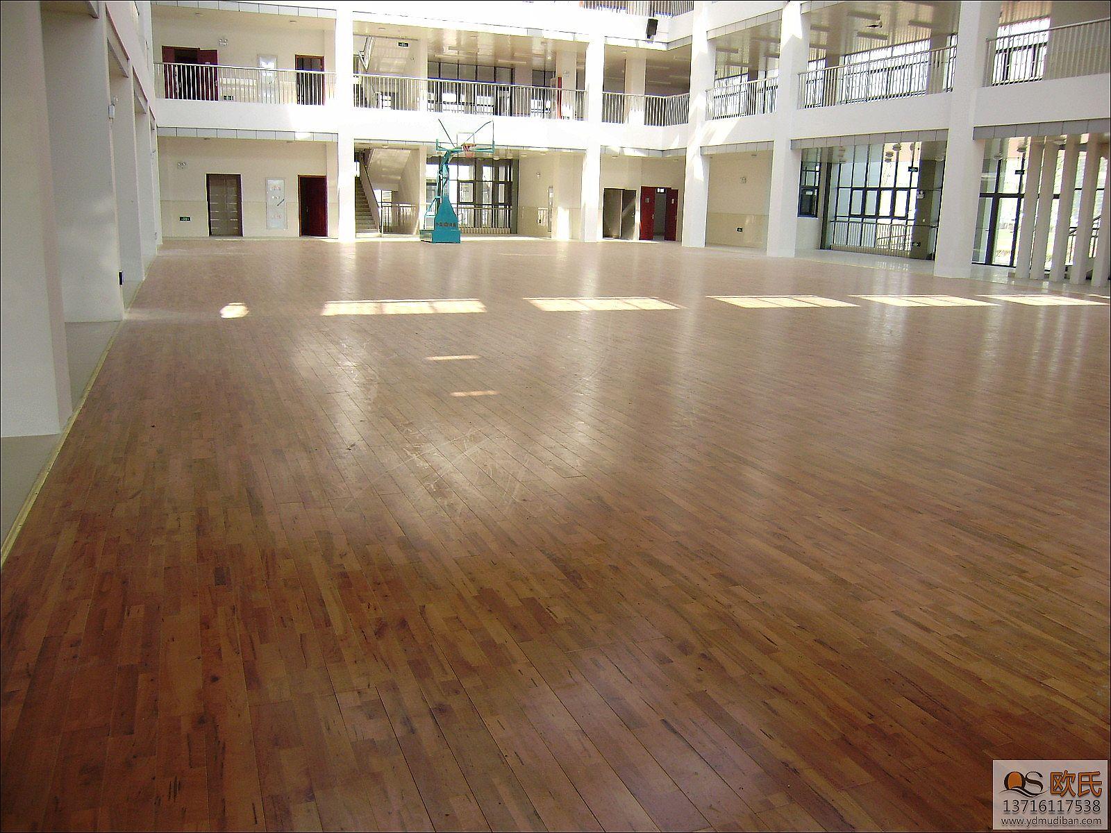 体育馆运动木地板系统施工有很多的问题需要注意,有些施工问题如若不是专业的施工人员是很难发现的。所以我们一直强调体育馆运动地板的施工一定要找专业的施工人员来负责。下面我们就挑几个问题来分析一下: 1、拼装过松或过紧运动木地板随着环境温湿度的变化而会出现膨胀或收缩现象。因此在铺设体育运动木地板时,应根据体育场所的环境温湿度高低来合理安排运动木地板的拼装松紧度。如果过松地板收缩就会出现较大的缝隙,过紧地板膨胀时就会起拱。 2、在用打木楔加铁钉的固定方式施工中采用打木楔加铁钉的固定方式,会造成因木楔与铁钉接触面过